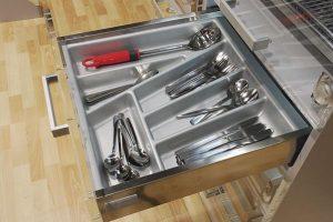 Лоток для столовых приборов в верхнем ящике